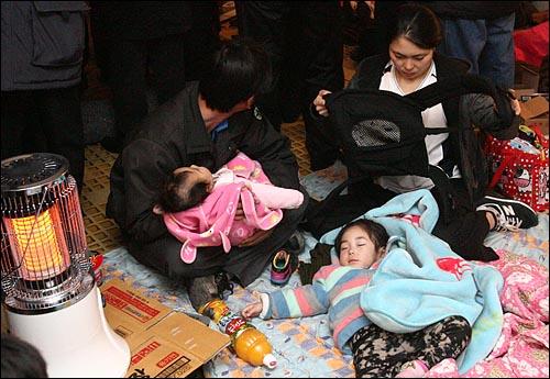 24일 오전 옹진군청은 전날 오후 북한군 포격을 받아 대피호로 피신한 연평도 주민들의 모습을 담은 사진을 공개했다.