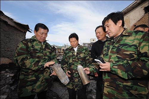 24일 한나라당 안상수 대표와 황진하 의원과 안형환 대변인이 전날 북한의 연평도 포격으로 처참하게 부서진 마을에서 피해상황을 살펴보고 있다.