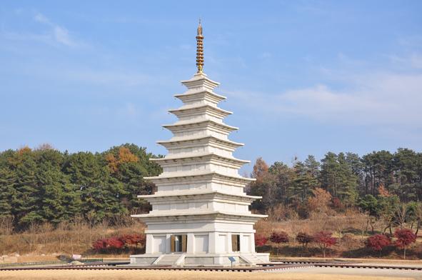 전북 익산 미륵사지 미륵탑 익산 미륵사지에 위치한 미륵탑 중 동탑의 모습이다. 사리장엄이 발굴된 탑은 서탑으로 현재 보관 중에 있다.