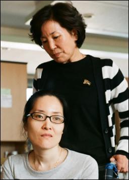 춘천에 있는 강원도재활병원에서 재활 치료 중인 한혜경씨와 엄마 김시녀씨.