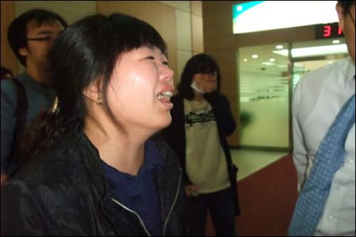 고 황민웅씨의 아내 정애정씨가 근로복지공단 앞에서 집회 중 오열하고 있다.