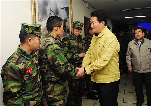 지난 23일 오후 북한군이 인천시 옹진군 연평도에 포격을 한 가운데 24일 송영길 인천시장이 현지를 방문해서 군 장병들을 격려하고 있다.