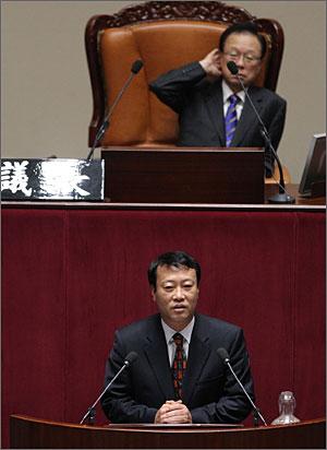 진보신당 조승수 의원이 25일 국회 대북규탄결의안 반대 연설을 하고 있다.