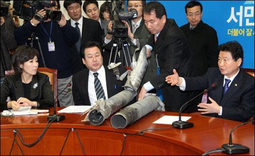 25일 오전 국회에서 열린 한나라당 최고위원회의에서  북한이 연평도에 쏘았던 포탄이 공개되고 있다.