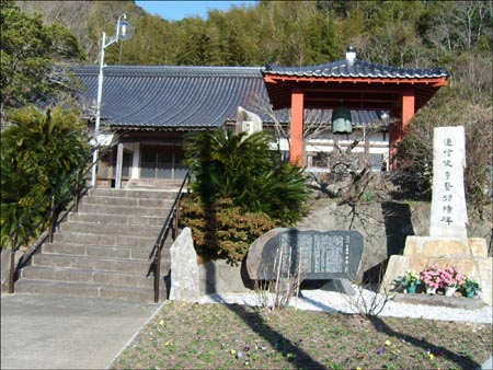 대마도에 남은 조선 사신의 흔적. 사진은 대마도 원통사 앞에 있는 조선사신 이예의 공적비(오른쪽).