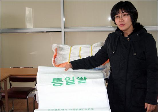 채워지지 못한 통일쌀 포대 계획대로라면 11월 30일, 포대에 담겨 북으로 보냈어야 할 통일쌀이 채워지지 못하고 빈 포대로 남아있다. 이를 안타까워하는 박희인 운영위원장