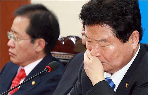 '보온병 포탄' 해프닝으로 곤욕을 치르고 있는 안상수 한나라당 대표가 1일 오전 여의도 당사에서 열린 최고중진연석회의에 굳은 표정으로 참석하고 있다.