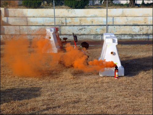 전투장면 연막탄 사이로 한 참가자가 전투에 임하고 있는 모습이다.