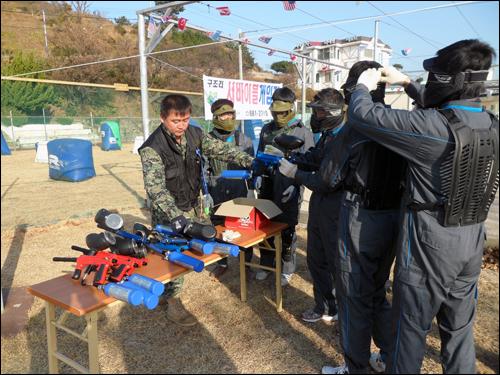 장비점검 경기에 앞서 장비를 점검하고 복장을 갖추고 있다.