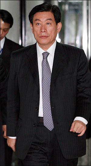 원세훈 국정원장이 1일 오후 국회 정보위원회 전체회의에 출석하기 위해 회의실로 향하고 있다.