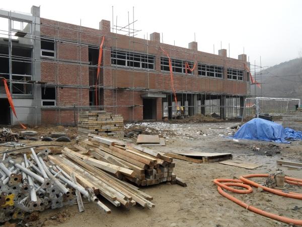 공사 자재로 뒤덮인 거산초등학교 내부 모습.