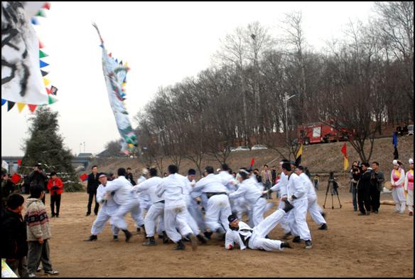 기싸움 2010년 남한강 대보름 한마당에서 기싸움을 하고 있다. 우리 민속놀이는 거개가 승부성이다.