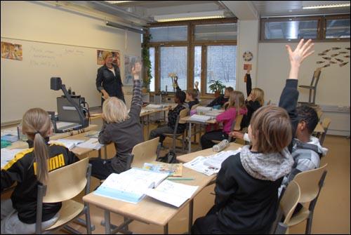 타흐티엔종합학교 학생들은 수업시간에 적극적이고 즐겁게 참여하고 있었다. 사진은 영어시간에 자신이 발표를 해보겠다고 손을 드는 학생들의 모습.