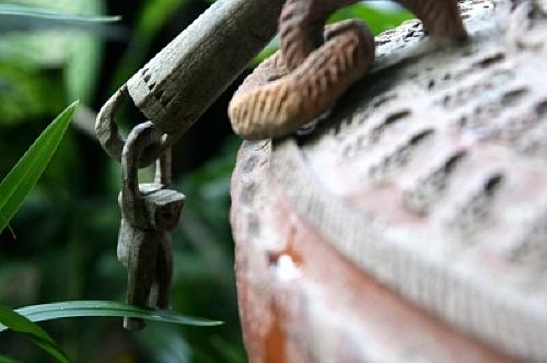원숭이 목각 인형 태국에서 목각으로 조각된 장식물 중엔 이처럼 원숭이를 모델한 것이 많다.