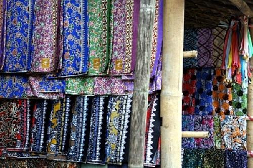 버마의 전통의상 카렌족을 비롯한 버마의 다양한 민족들은 화려한 색상의 미와 수공예 실력이 뛰어나다.