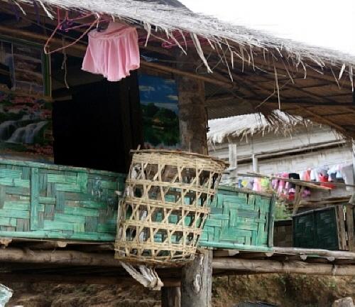 바구니 카렌족을 비롯한 버마의 다양한 민족 남자들은 짚으로 엮어 바구니를 만들거나 집을 짓는 기술 등의 솜씨가 좋다.