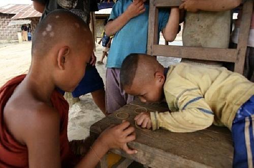 움피엠 아이들의 놀이 모든 아이가 고무줄이 있는 건 아니어서, 고무줄을 가진 아이들만이 할 수 있는 놀이였다.