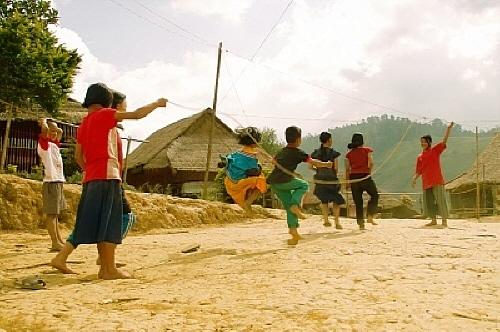 '긴줄넘기' 놀이 노래에 맞추어 줄을 뛰어넘는 놀이. 혼자 하는 것은 '줄넘기', 두 명이 줄을 돌리고 그 안에서 뛰는 것을 '긴줄넘기'라고 하는데,  놀이뿐 아니라 운동으로도 활용되고 있고, 전세계에서 많이 하는 놀이 가운데 하나이다.