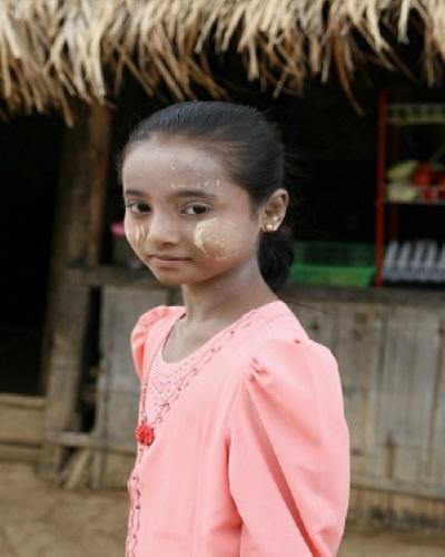 다나카 바른 소녀 얼굴에 저건 '다나카'라고 부른다. 버마인들이 주로 바르고 다니는 다나카는 다나카나무 가루를 물에 개어서 얼굴에 바르는 것으로, 흰 피부를 지향하는 화장효과, 자외선 차단, 피부에 좋은 이유 등 여러가지 장점을 갖고 있다. 나 역시 maesot에 온 첫날부터 줄곧 바르고 다녔다.