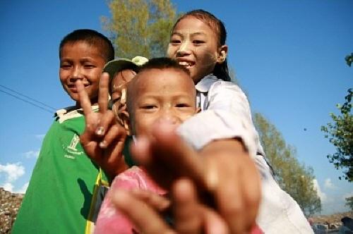 쓰레기산(Garbage Dump)에 사는 난민 아이들 버마 난민들이 살고 있다고 하여 찾은 그곳은 maesot의 쓰레기 매립지였다. 활짝 웃으며 반겨주는 아이들