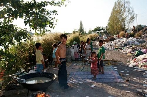 쓰레기산(Garbage Dump)에 사는 난민 아이들 버마 난민이자 쓰레기산이 주거지가 된 버마 난민들도 그날은 축제 준비에 한창이었다.