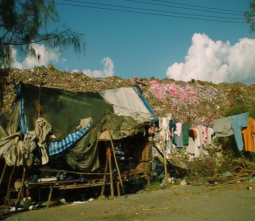 쓰레기산(Garbage Dump)에 사는 버마 난민들 쓰레기 산 바로 옆에 지어진 집. 온갖 악취가 진동하고 파리가 들끓었다.