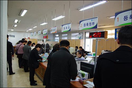 천안시 문화동 차량등록사업소. 천안시에 현재 등록돼 있는 차량은 22만1000여대. 이들중 무보험 차량으로 추정되는 차량은 적어도 2만대 이상일 것으로 추측되고 있다.