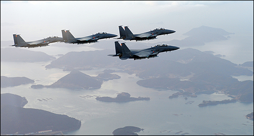 (서울=연합뉴스) 해병대 연평부대가 20일 오후 2시30분 해상사격훈련을 시작했다고 국방부가 밝혔다. 연평부대는 이날 K-9 자주포 등으로 연평도 서남방 우리측 해상에 설정된 해상사격훈련구역(가로 40㎞×세로 20㎞)으로 사격훈련을 시작했다고 국방부는 전했다. 공군은 북한의 추가 도발에 대비해 대구기지에서 F-15K 전투기를 출격시켜 서해상에 대기토록 했다. 사진은 2008년 12월 F-15K 전투기 편대가 한반도 상공을 편대비행하고 있는 모습.