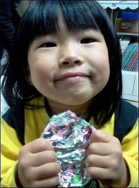 선물을 들고 있는 딸아이의 모습.