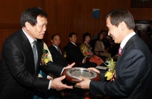 12월 21일 김종성 교육감이 '제22회 충남교육상' 수상자에게 상패를 전달하고 있다. (본 사진은 기사의 특정사실과 관련이 없습니다.)
