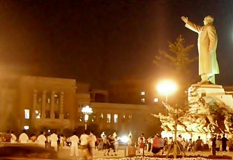 심양 중산광장. 단체로 태극권을 하고 있는데요. 공산주의 국가임에도 부러울 정도로 활기가 넘쳤습니다.(왼쪽 건물은 옛 봉천경찰서)