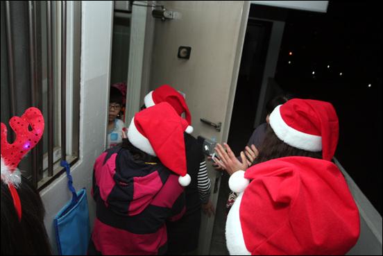 몰래산타들의 방문 아이들을 이름을 부르며 산타무리들이 방문했다. 갑작스런 산타들의 방문에 놀랍고 반가워 하는 아이들.