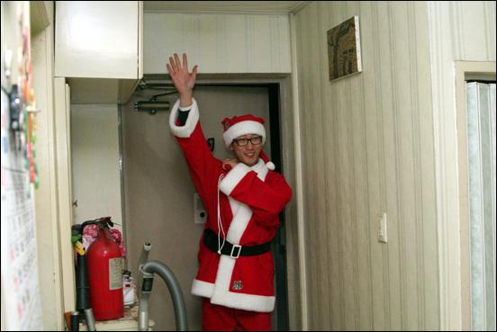 산타 오빠가 왔어요~~ 바쁜 산타할아버지를 대신해서 아이들을 향해 반갑게 손을 흔들며 등장하는 산타오빠~