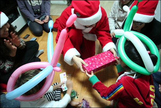 산타할아버지의 '선물' 춤과 풍선아트, 트리에 이어 마지막에는 '진짜 선물'을 받았어요~