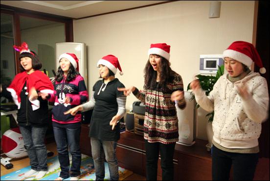 몰래산타들의 공연 몰래산타들을 아이들을 위해 캐롤에 맞춰 춤도 췄답니다.