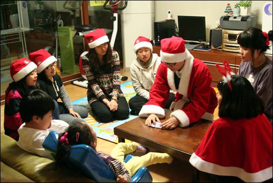 산타오빠의 카드마술 종이트리에 아트풍선, 춤공연에 카드마술까지... 아이들을 위해 준비한 몰래산타들의 정성이 대단하죠?