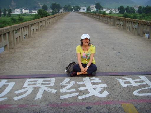두만강이 흐르는 '도문'이란 곳이다. 북한과 중국의 국경이 있는 다리 위에 있는 박선미 연구원의 모습니다.