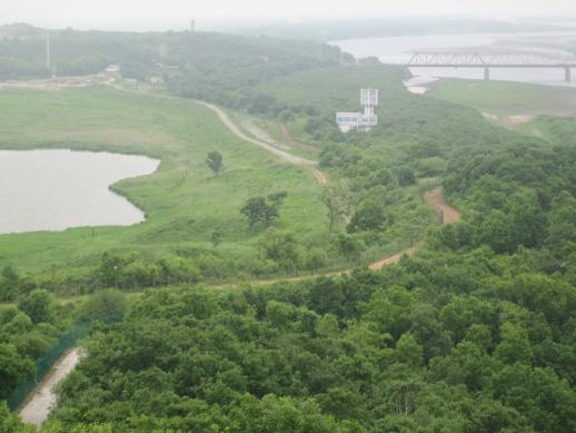러시아, 중국, 북한의 국경이 맡붙어있는 방천. 사진의 왼쪽이 러시아 땅, 사진찍은 자리는 중국땅, 오른쪽 다리 건너는 북한의 땅이다.