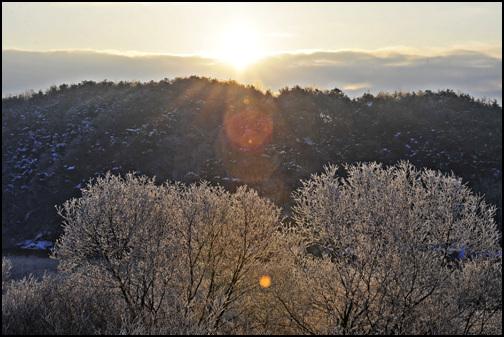 춘천 소양5교에 신묘년 새해 아침이 밝았습니다. 구름사이로 힘차게 해가 떠오릅니다.