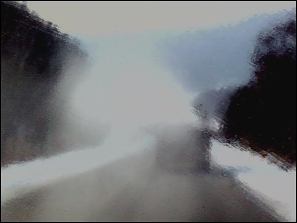 도로방역 방역차가 도로를 따라가며 방역을 하는 모습이다. 차에서 분사한 액체가 차 유리에 묻었다