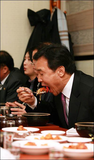 '국민과 함께하는 희망 대장정'에 돌입한 손학규 민주당 대표가 6일 전남 나주에서의 일정을 소화하며 곰탕으로 저녁을 들고 있다.