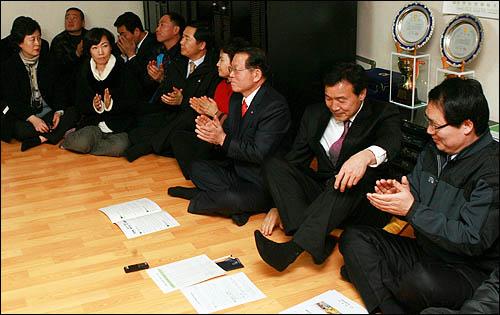 '국민과 함께하는 희망 대장정'에 돌입한 손학규 민주당 대표가 6일 전남 나주시 남평읍 평산2구 마을회관에서 간담회를 하기 위해 주민들과 마주앉고 있다.