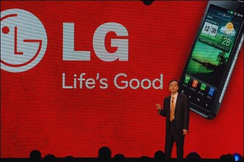 박종석 LG전자 MC(Mobile Communications)사업본부장 박종석 부사장이 6일 라스베이거스에서 열린 'CES 2011'에서 4세대 LTE 스마트폰 'LG 레볼루션'을 소개하고 있다.