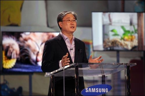 윤부근 삼성전자 영상디스플레이사업부 사장이 6일(현지시각) 미 라스베가스에서 열린 CES2011 개막 기조연설을 하고 있다.