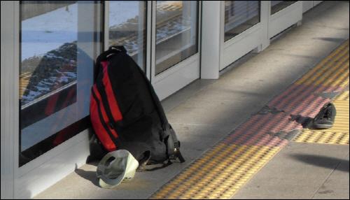남자의 등산 배낭과 모자, 신발 한짝