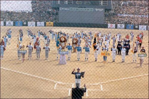 1982년 프로야구 개막식 야구의 프로화에 관한 아이디어가 대통령의 결재를 거쳐 정책으로 확정되기까지 걸린 시간이 3개월이었다. 하지만 일단 '방침'이 확정된 뒤 여섯 개의 기업들이 각자 야구단을 창단하고 KBO 창립총회를 치르기까지 걸린 시간은 1개월에 지나지 않았고, 그렇게 만들어진 여섯 개의 프로야구팀이 역사적인 개막경기를 가진 것은, 다시 그로부터 3개월 뒤였다.