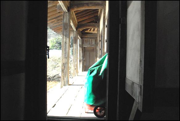 쪽문 부엌에서 됫마루로 나가 방으로 들어갈 수 있도록 동선을 구성했다
