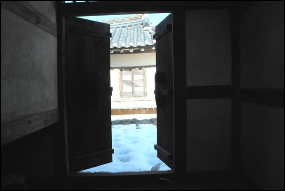 부엌 문 부엌엣거 몸채로 출입할 수 있도록 낸 문