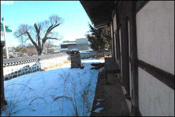 집뒤 집 뒤편에는 낮은 굴뚝이 있다. 평범한 민가형태의 집이다