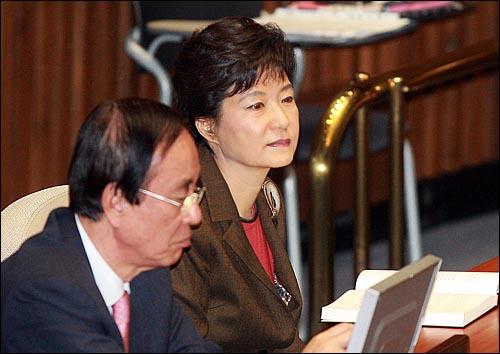 13일 오후 서울 여의도 국회에서 열린 본회의에 박근혜 전 한나라당 대표가 참석하고 있다.